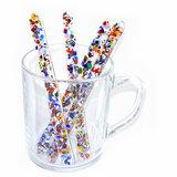 Kleurrijke confetti roerstaafjes van glas