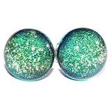 Groene oorknopjes handgemaakt van lichtgroen glas met een supergave gloed die veranderd afhankelijk van de lichtinval.