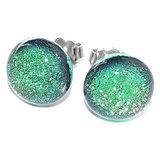 Lichtgroene oorknopjes van speciaal glas uit eigen atelier. Glasfusing oorbellen van groen glas.