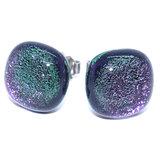 Prachtige glazen oorstekers die kleuren van paars naar groen.