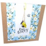 Bijen wenskaart met bloemen en glazen bijtje cadeau