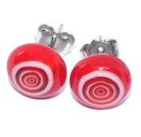 Glazen oorknopjes van rood en wit glas met chirurgisch stalen oorstekers.