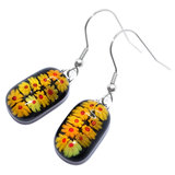 Lange oorbellen van zwart glas met geel-rode bloemetjes van millefiori glas.