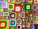 """Kleurrijke glazen schaal van prachtig gekleurd glas in retro """"vakjes"""" patroon."""