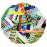 Gekleurde glazen ronde schaal. Gestreepte schaal gemaakt van honderden dunne laagjes glas