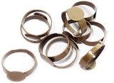 Bronskleurige ringen met plakvlak. Afmeting 17 mm. Plakvlak 10 mm.