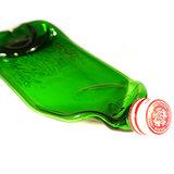 Glazen groene drankfles gesmolten tot schaal. Unieke hapjesschaal of serveerschaal voor een verjaardag!