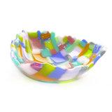 Exclusieve glasfusing schaal van roze, oranje, blauw, groen en lila gekleurd glas.