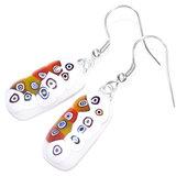 Lange witte glazen oorbellen met retro cirkels van kleurrijk millefiori glas. Multicolor oorhangers van speciaal glas.
