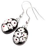 Zwarte oorbellen met wit rode bloemen van speciaal millefiori glas. Handgemaakte oorbellen incl. oorbelstoppers.
