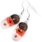 Lange rode oorbellen van rood, zwart en wit glas. Rode handgemaakte oorbellen van millefiori glas.
