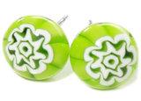 Handgemaakte chirurgisch staal oorstekers met een groene bloem!