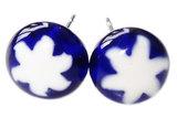 Blauwe oorstekers met een witte millefiori ster. Chirurgisch staal oorknopjes!