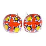 Rood met gele oorstekers met sterren in het glas. Handgemaakte rood-gele oorknopjes uit eigen atelier.