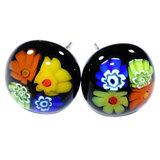 Millefiori oorstekers handgemaakt van zwart glas met kleurrijke bloemen.