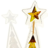 Kerstboom met kerstster van bruin-geel glas gemaakt. Kerstdecoratie met waxinelichtjes.