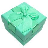 Groen cadeaudoosje om je cadeau extra feestelijk in te verpakken! Geschenkverpakking voor sieraden & accessoires.