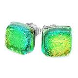 Prachtige glazen oorstekers gemaakt van fel groen glas met iets een goud/gele gloed.