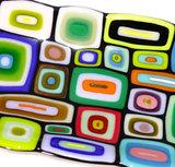 detail zwarte langwerpige schaal met gekleurd patroon