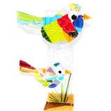 Exclusieve glaskunst vogels in houten standaard gemaakt van het mooiste gekleurde glas.