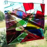 Unieke raamhanger van de mooiste kleuren glas. Decoratie voor de ramen!