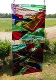 Kleurrijk glazen raamhanger uit eigen glasatelier van gekleurd paars, rood, blauw en groen glas.