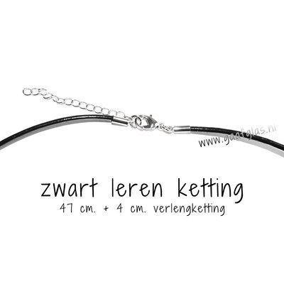 Zwarte leren ketting, zilverkleurige metalen sluiting, 47 cm. + 4 cm. verlengketting