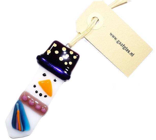 Glazen sneeuwpop hanger met kleurrijke hoed en shawl in blauw en paarse tinten.