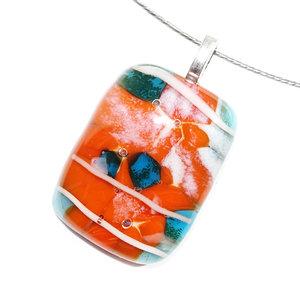Hanger van fantastisch oranje en blauw gekleurd glas. Glasfusing uit eigen atelier.