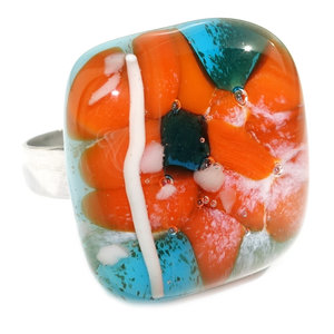 """RVS edelstaal ring met glazen """"steen"""" van oranje en blauw glas."""