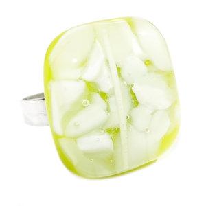 """RVS edelstaal ring met glazen """"steen"""" van lime-groen en wit glas."""