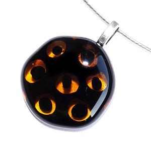 Millefiori hanger van helder bruin glas met opaal zwarte cirkels in het glas.