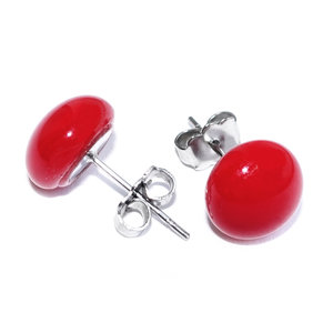 Glasfusing oorbellen van rood glas. RVS edelstaal oorstekers