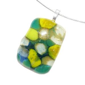 Fraaie glashanger van lime-groen, donkergroen, wit en blauw glas. Unieke hanger voor aan een ketting.