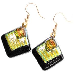Gouden oorbellen van zwart glas met luxe geel-groen-goud kleurige details.