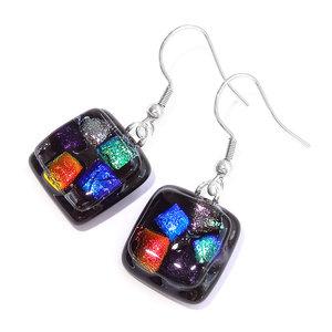 Zwarte glazen oorbellen met kleurrijke accenten in rood, blauw, groen, paars en zilver.