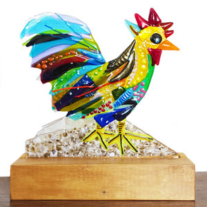 Glazen haan gemaakt van prachtig gekleurd glas! Glaskunst object in hout uit eigen atelier!