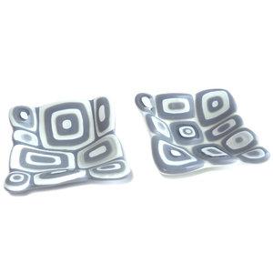 Set van 2 kleine vierkante schaaltjes handgemaakt van grijs, wit en transparant glas.