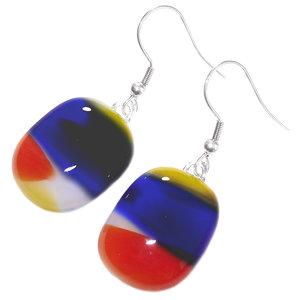 Lange glazen oorbellen gemaakt van rood, geel en blauw glas! Exclusieve glasfusing uit eigen atelier.