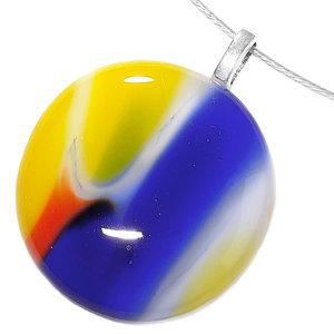 Ronde glazen hanger voor aan een ketting van rood, blauw en geel glas.