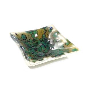 Glazen schaaltje van ivoor wit glas met groene, blauwe en bruine effecten. Glazen schaaltje voor theezakjes, sieraden, bonbons,