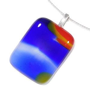 Handgemaakte glazen hanger voor aan een ketting van rood, blauw en geel glas.