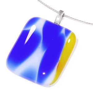 Glazen hanger voor aan een ketting van blauw en geel glas.