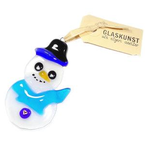 Glazen sneeuwpop hanger van semi-transparant (beetje doorzichtig) wit glas met een heldere blauwe shawl en zwart-blauwe hoed.