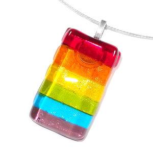 Regenboog glas hanger voor aan een ketting. Rood, oranje, geel, groen, blauw en paars gekleurde glashanger van helder glas.