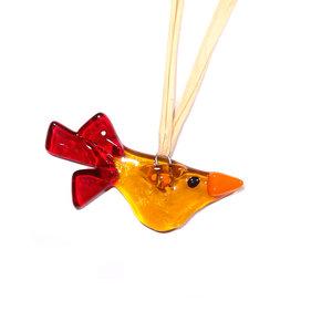 Schattig klein vogeltje van geel en rood glas. Glazen vogel hangertje om op te hangen.