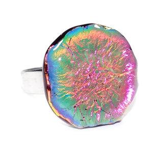 """RVS edelstaal ring met glazen """"steen"""" van luxe roze dichroide glas. Glasfusing ring uit eigen atelier!"""