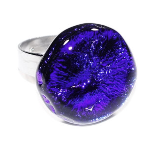 RVS edelstaal ring met glazen cabochon van luxe dichroide glas in blauwe tinten