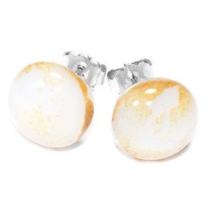 Witte glazen oorknopjes met subtiel gouden accenten. RVS/chirurgisch staal oorstekers
