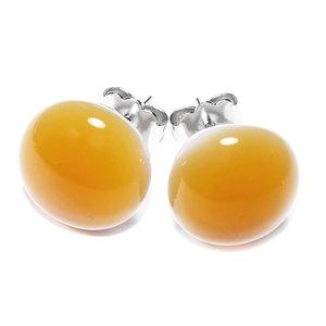 Amber/bruine oorknopjes van glas.